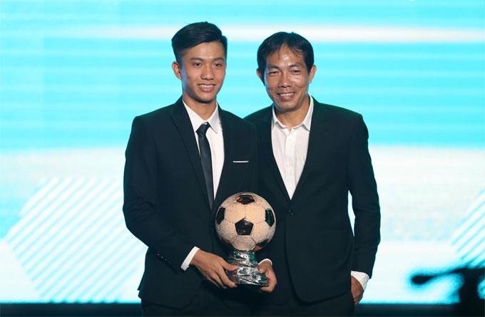 Cựu trung vệ Đỗ Khải trao giải cho Phan Văn Đức. Ảnh: Đức Đồng.