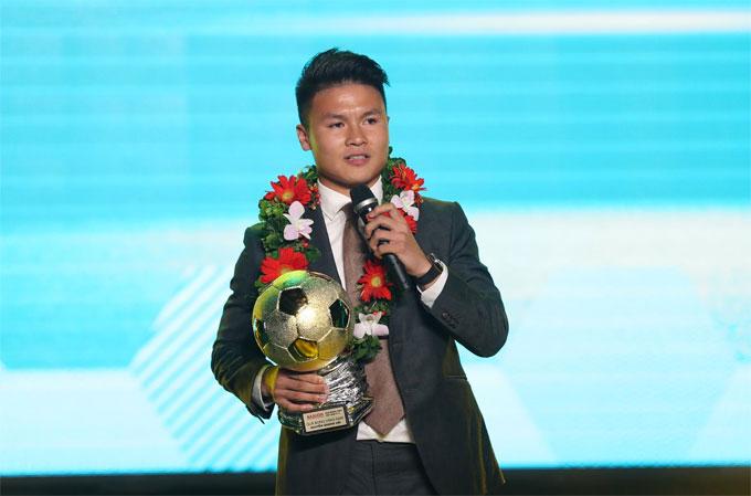 Quang Hải phát biểu sau khi nhận danh hiệu cao quý. Ảnh: Đức Đồng.