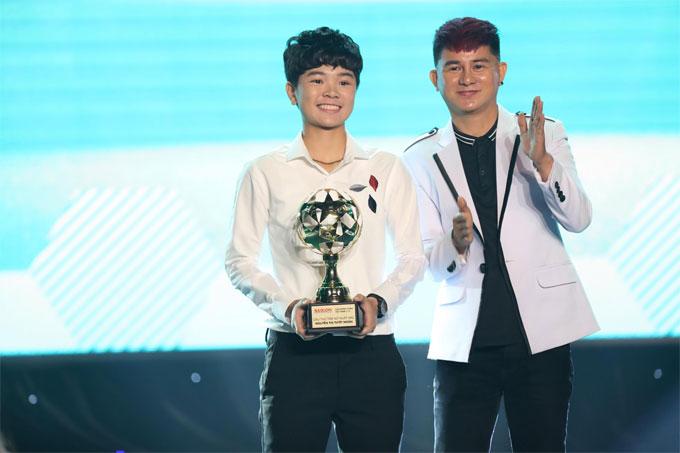 Nhạc sĩ Cáp Anh Tài là khách mời công bố giải thưởng.