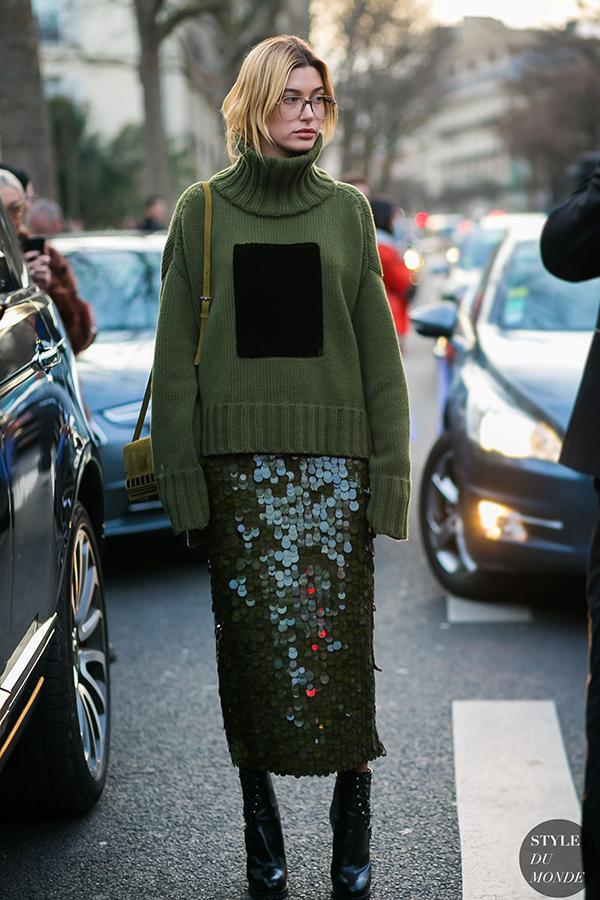 Ngoài vải dệt sequins đa sắc, loại vải vảy cá lớn cũng được yêu thích trở lại. Nó được chọn để tạo nên các kiểu chân váy lấp lánh và khiến bước chân người mặc trở nên sinh động hơn.