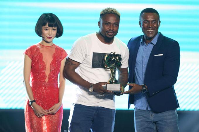 Oseni Cựu cầu thủ Amaobi và diễn viên Trà My là khách mời trao giải.