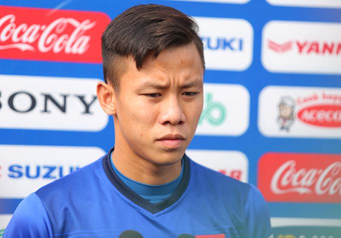Quế Ngọc Hải trả lời báo chí trước buổi tập của tuyển Việt Nam sáng 21/12. Ảnh: Đương Phạm.