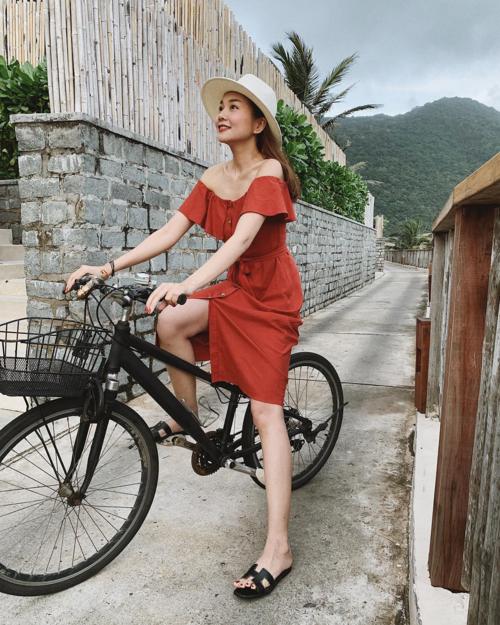 Siêu mẫu Thanh Hằng khoe ảnh khi đi du lịch:Siêu xe mới mua, ai thích thì lên đèo mình.