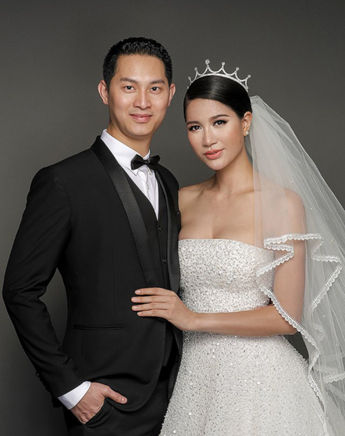 Trang Trần đăng ảnh cưới chụp cùng chồng Việt kiều cùng chú thích: Phải chăng có cần một bờ vai trong cuộc đời này?.