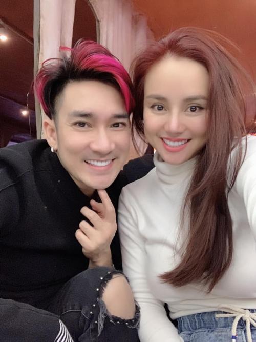 Ca sĩ Quang Hà, Vy Oanh thích thú selfie khi cùng lưu diễn ở Phần Lan.