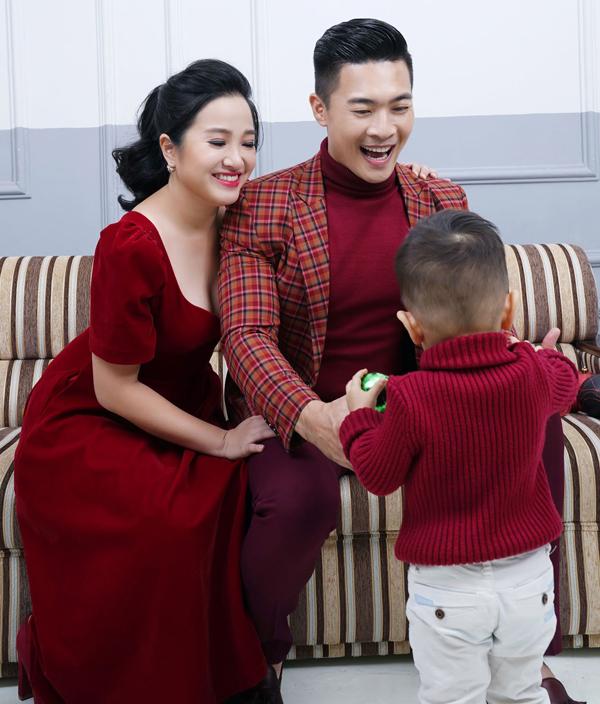 Hồng Phượng - Quốc Cơ và con trai cưng mặc ton-sur-ton đỏ đô chuẩn bị đón Giáng sinh.