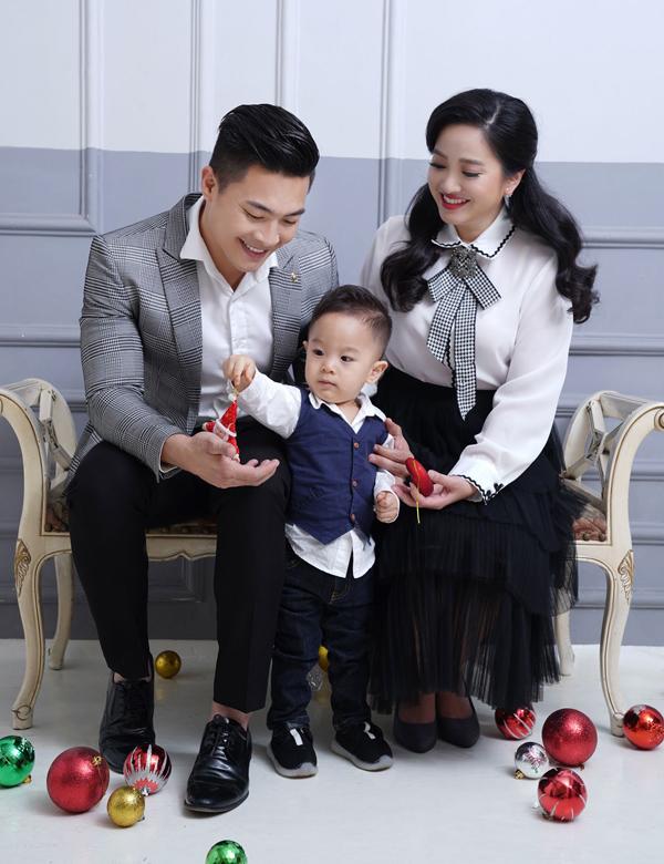 Mùa Noel năm nay vợ chồng Hồng Phượng không nhận show để dành trọn thời gian cho con trai và người thân hai bên. Bé Bắp đã biết nói nhiều và rất thích trò chuyện với bố mẹ, ông bà. Cậu bé còn nhận diện được 30 loài vật, tên của 20 quốc gia và đang học bảng chữ cái.