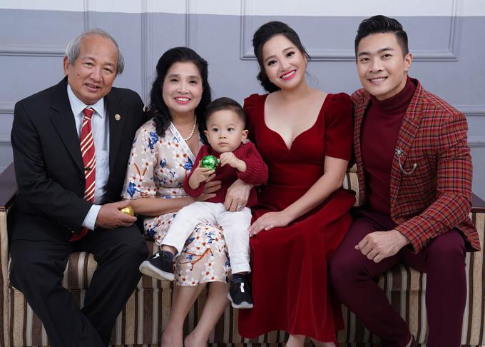Bố mẹ Hồng Phượng rất mãn nguyện khi thấy con gái yêu có cuộc sống hạnh phúc bên người chồng giỏi giang, tâm lý và cậu con trai kháu khỉnh, đáng yêu.