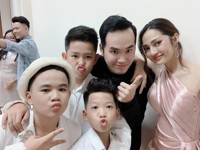 Bảo Anh - Khắc Hưng và các học trò tại hậu trường chương trình.