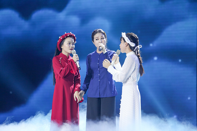 Thí sinh đội Hồ Hoài Anh - Lưu Hương Giang, Hà Quỳnh Như và Nguyễn Phương Trúc biểu diễn cùng NSƯT Hồng Thắm.