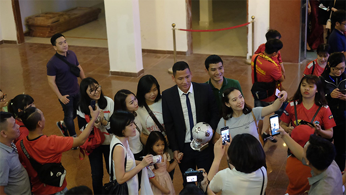 Các fan vây quanh Anh Đức xin chữ ký và chụp ảnh sau lễ trao giải Quả bóng vàng Việt Nam 2018. Ảnh: Hữu Nhơn.