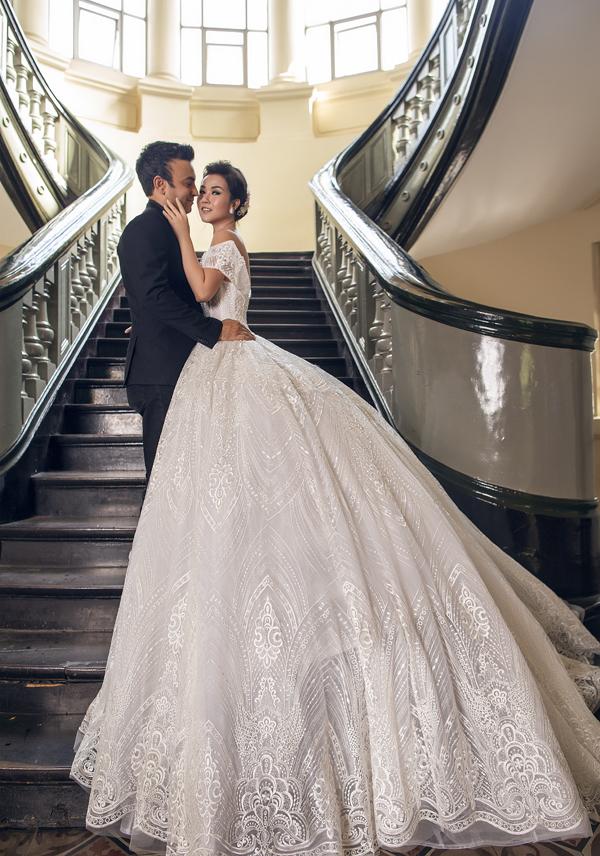 Á quân Gương mặt thân quen 2016 lộng lẫy với váy cưới tùng xòe rộng cổ điển, tạo dáng e ấp bên chồng sắp cưới.