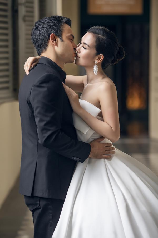 Đôi uyên ương say đắm hôn nhau trong ảnh cưới. Bộ ảnh do Producer Nguyễn Thiện Khiêm, chuyên gia trang điểm Richie Võ hỗ trợ thực hiện.