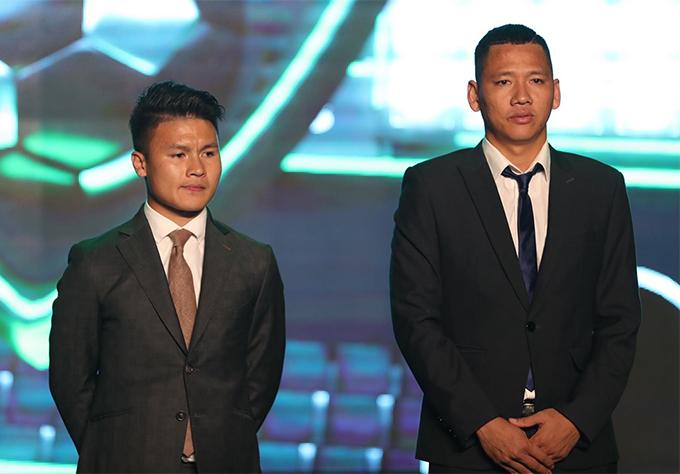 Quang Hải và Anh Đức trên sân khấu chờ nhận giải sau màn công bố kết quả. Ảnh: Đức Đồng.