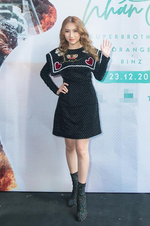 Chiều 23/12, ca sĩ Oramge ra mắt MV Tình nhân ơi. Đây là sản phẩm âm nhạc thứ hai của cô sau sự thành công vang dội của Người lạ ơi vào đầu năm 2018.