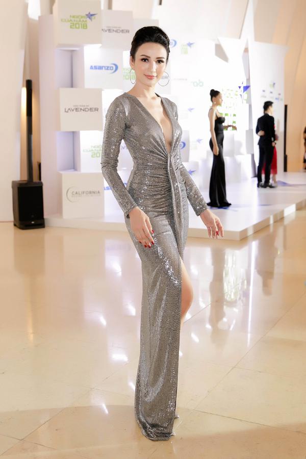 Bên cạnh 10 mỹ nhân mặc đẹp nhất gala Ngôi sao của năm 2018, Hoa hậu Ngọc Diễm cũng ghi điểm khi chọn bộ đầm ánh bạc của NTK Minh Tú, giúp cô khoe vòng một gợi cảm và chân thon.