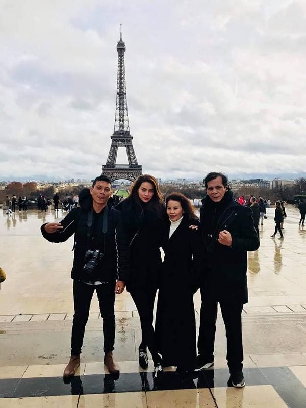Chuyến đi cũng có bố mẹ và người thân của Hồ Ngọc Hà. Gia đình cũng bày tỏ sự ủng hộ tình cảm giữa nữ ca sĩ và Kim Lý.