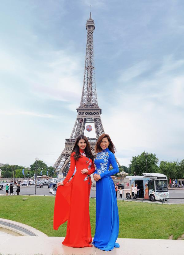 Hai chị em nữ diễn viên thường rủ nhau đi du lịch những khi rảnh rỗi. Kha Ly diện áo dài đỏ rực, chụp ảnh bên tháp Eiffel - biểu tượng của Paris, Pháp cùng em gái Kha My.