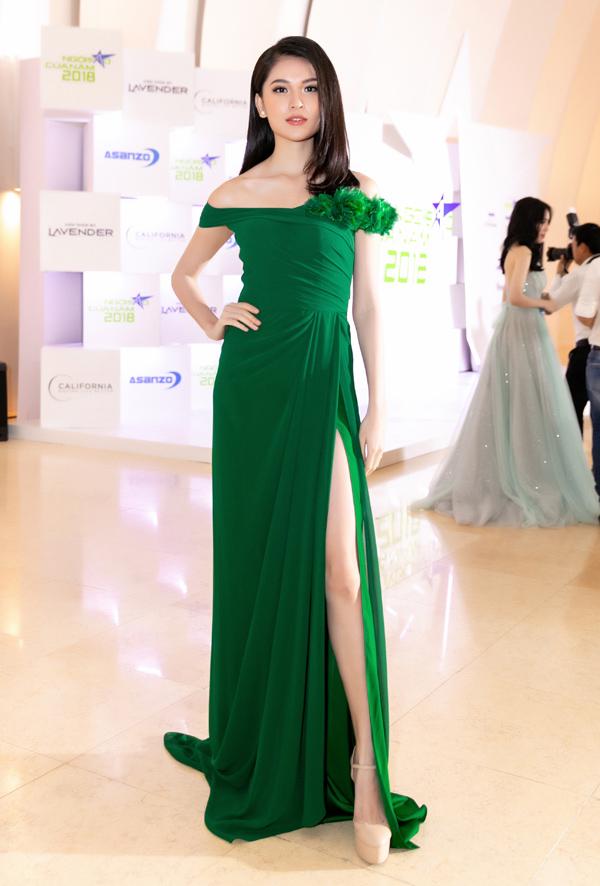 Trong khi đó, Á hậu Thùy Dung nổi bật với mẫu váy xanh duyên dáng do NTK Lê Thanh Hòa thực hiện.