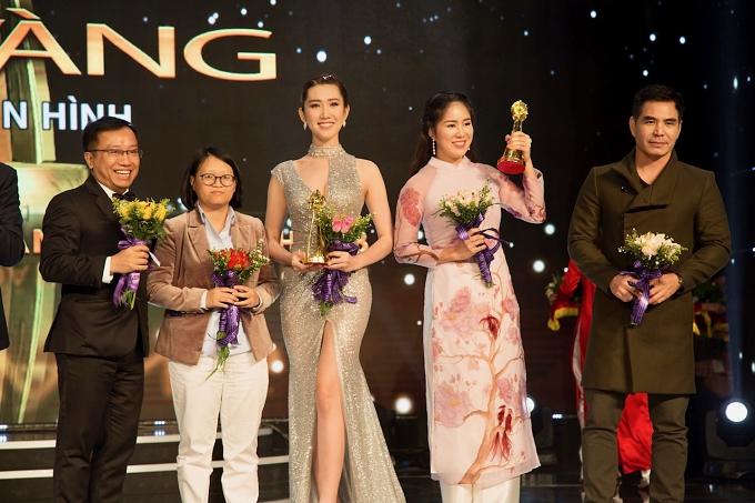 Thúy Ngân (giữa) hạnh phúc khi cùng êkíp Gạo nếp gạo tẻ nhận giải vàng hạng mục phim truyền hình vào tối 22/12.