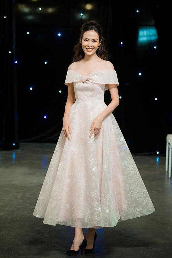 Thiết kế trễ vai, xòe rộng bồng bềnh đem tới cho Hoa hậu Việt Nam 1994 Nguyễn Thu Thủy nét trẻ trung.