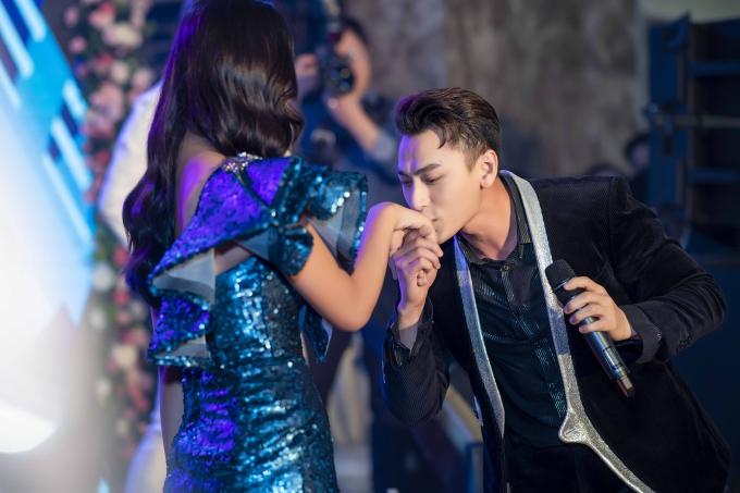 Đáp lại tình cảm của Hoa hậu, Isaac dành một nụ hôn lên tay khiến cô khá ngượng ngùng trước đông đỏ khách mời. Dù vậy, người đẹp yêu thích cách thể hiện lời cám ơn lịch thiệp này từ giọng ca Anh sẽ về sớm thôi.