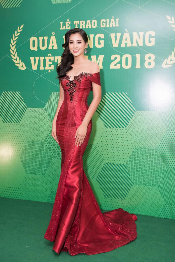Hoa hậu Tiểu Vy hút ánh nhìn tại lễ trao giải Quả bóng vàng Việt Nam 2018 khi diện trang phục tạo form nuột nà của NTK Anh Thư.