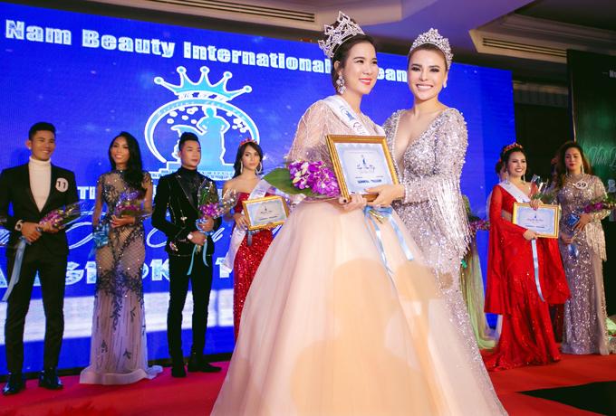Trong đêm chung kết, Kha My bất ngờ tỏa sáng và giành vương miện Hoa hậu. Cô rất hạnh phúc vì lần đầu thi nhan sắc đã gặt hái thành công ngoài mong đợi.