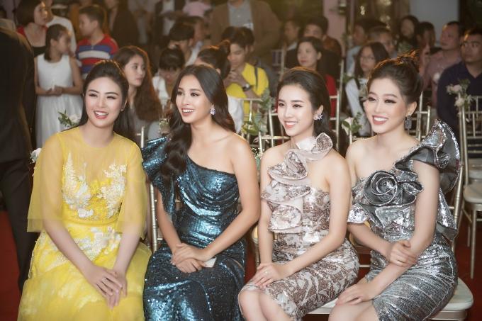 Hoa hậu Ngọc Hân (trái) dành thời gian trò chuyện và đưa ra nhiều lời khuyên cho đàn em trong hai năm nhiệm kỳ sắp tới.