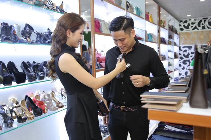 Người đẹp Thùy Dung giúp chồng lựa chọn một chiếc cà vạt phù hợp. Cô cho biết,Hoàng Túcó nhiều mẫu thiết kế thanh lịch dành cho các quý ông.
