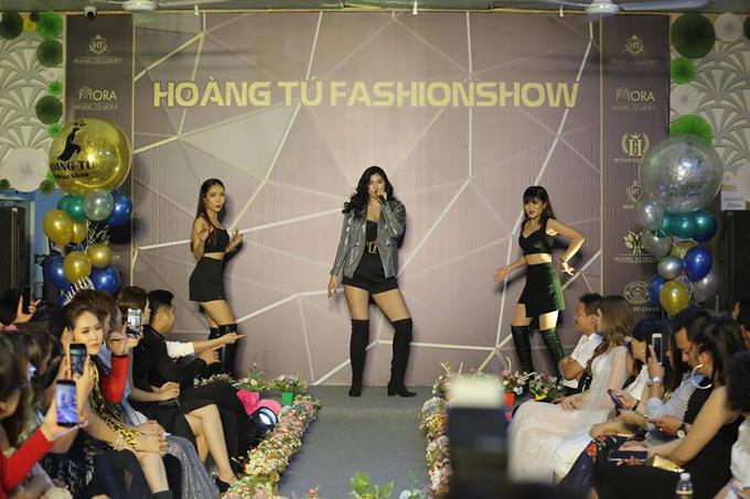 Hoa hậu châu Á Huỳnh Tiên mở màn cho Hoang Tu Fashion Show với một ca khúc sôi động. Người đẹpsinh năm 1995 khoe vũ đạo cùng giọng hát ngọt ngào qua ca khúc Baby dont do.