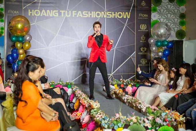 Chu Bin diệnbộ vest lịch lãm, trẻ trung của thương hiệu Hoàng Tú Luxury gửi tặng các khách mời ba ca khúc.