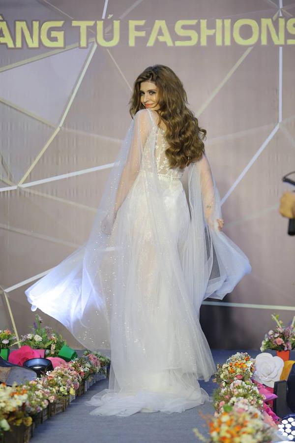 Tham gia trình diễn trong Hoang Tu Fashion Show còn có người mẫuAndrea. Cô diện thiết kế nằm trong BSTdạ hội mới nhất của Hoàng Tú Mora.
