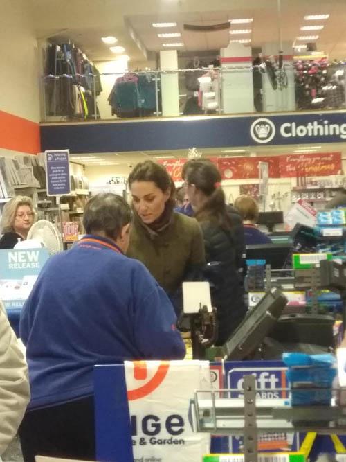 Kate thanh toán ở quầy thu ngân sau khi chọn mua đồ. Ảnh: The Sun.