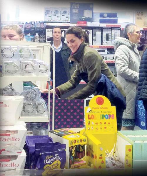 Nhân viên bảo vệ đứng khá xa để Kate và người dân ở cửa hàng cảm thấy thoải mái hơn khi mua sắm. Ảnh: The Sun.