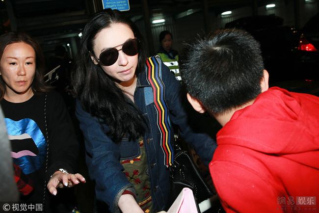 Gia đình Bá Chi rời sân bay về nhà lúc tối muộn.