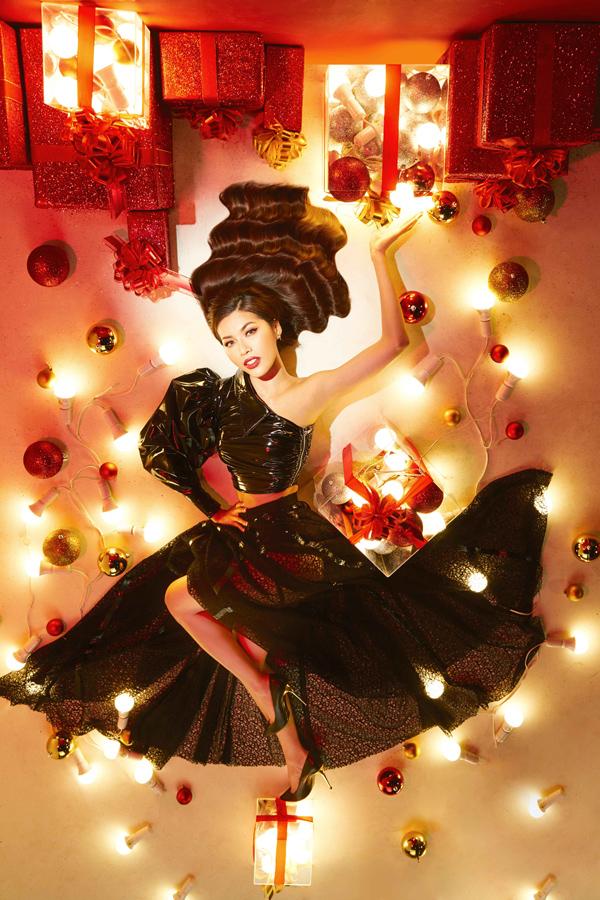 Minh Tú diện crop-top tay phồng cá tính, kết hợp chân váy xuyên thấu trong bộ ảnh gợi cảm mang hơi hướng Giáng sinh. Cô thực hiện shoot hình cùng 15 cô gái xuất sắc của cuộc thi Cuộc chiến Spotlight - tìm kiếm người đẹp tham dự New York Fashion Week.