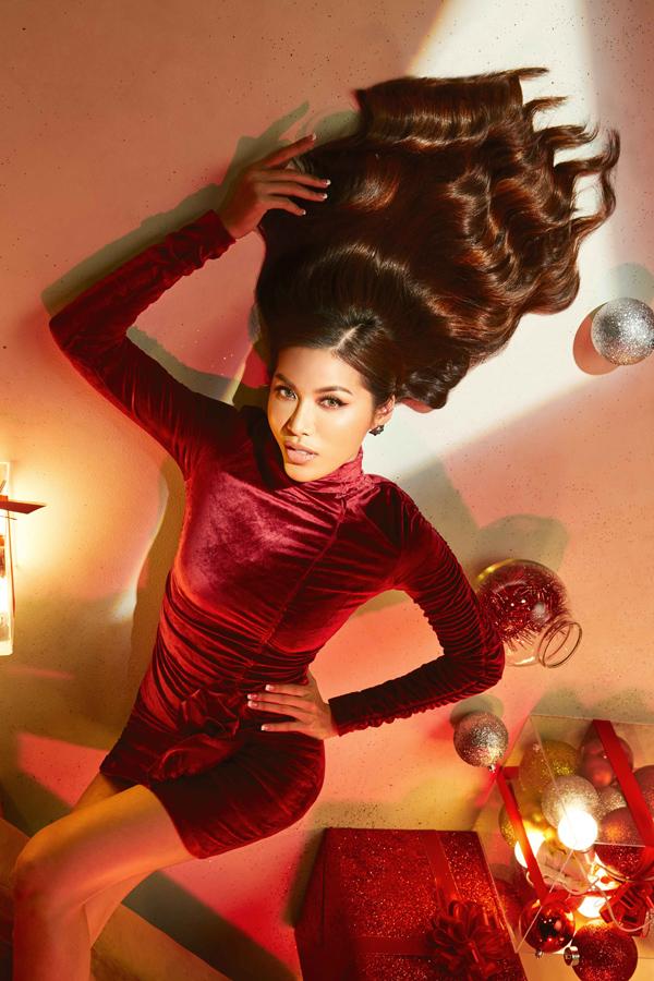 Top 10 Hoa hậu Siêu quốc gia 2018 tiếp tục khoe đường cong với mẫu đầm nhung đỏ ôm sát, khắc họa hình ảnh kiêu kỳ.