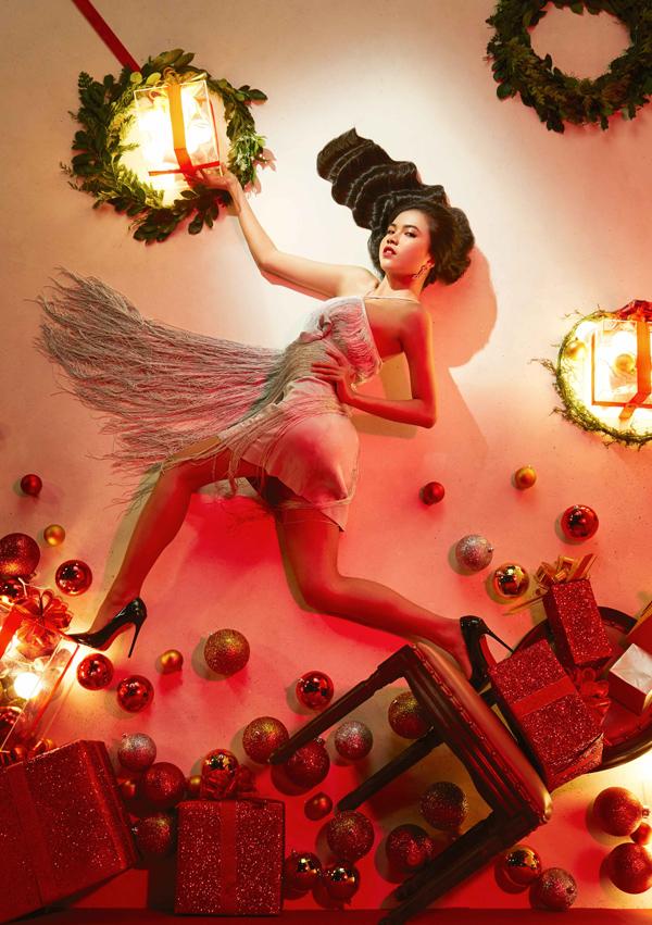 Là người cầm trịch cuộc thi, Minh Tú sau khi chọn được Top 15 đã thị phạm và chỉ đạo bộ hình, giúp dàn hot girl lột xác theo hướng sexy.