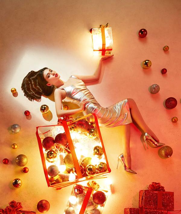 Loạt ảnh được thực hiện trong hơn 15 giờ, các thí sinh chụp với concept Giáng sinh và phải làm toát lên tinh thần của dịp lễ hội cuối năm.