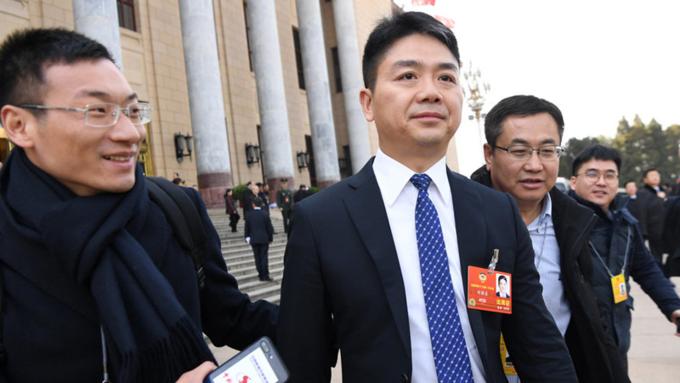 Doanh nhân Lưu Cường Đông bước ra từ buổi họp khai mạc Quốc hội Trung Quốc tháng 3/2018. Ảnh:Reuters.