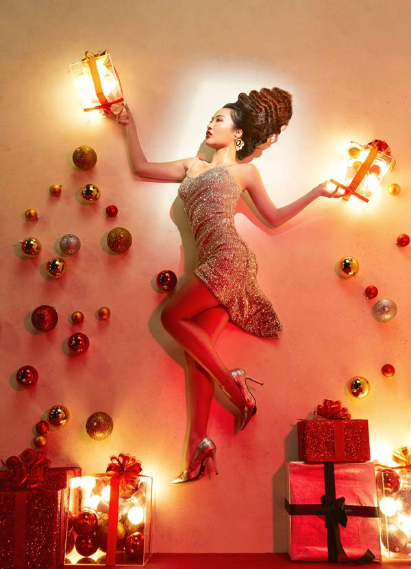 Cô nàng Kiko Chan - tình cũ của Kim Lý - chia sẻ: Gợi cảm không quá khó đối với tôi. Tuy nhiên khi nhìn thấy các thí sinh khác bỗng dưng trở nên quyến rũ không ngờ qua sự hướng dẫn của host Minh Tú, tôi cũng bàng hoàng lắm. Cuộc chiến giành tấm vé New York Fashion Week chắc chắn không dễ dàng rồi.