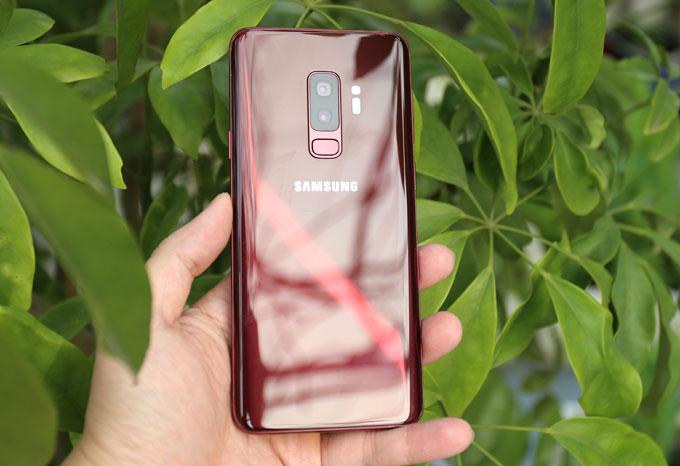 Màu đỏ trên Galaxy S9+ biến đổi đẹp mặt dưới ánh sáng mặt trời.