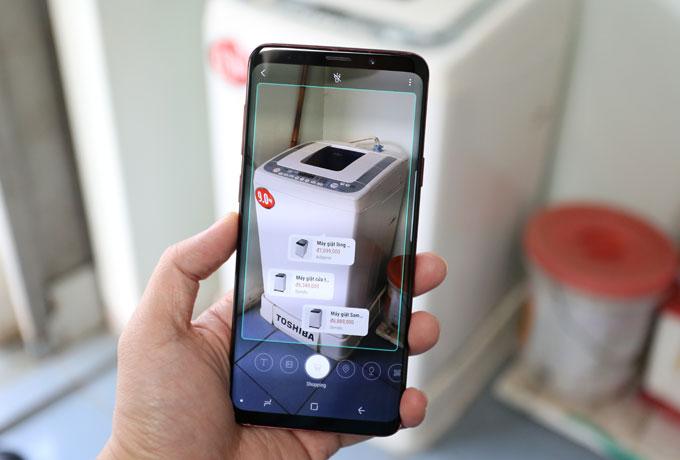 Galaxy S9+ vang đỏ có cập nhật tùy chọn gợi ý mua sắm Shopping trên Bixby Vision, giúp người dùng tìm được thông tin của món đồ ưa thích trên các mạng bán hàng trực tuyến phổ biến tại Việt Nam. Khi nhìn thấy một món đồ ưa thích ngoài đời thật, bạn chỉ cần bật Camera, chọn Bixby Vision, Shopping và quét món đồ, Bixby sẽ giúp đưa bạn tới các trang mua sắm có bán món đồ đó.