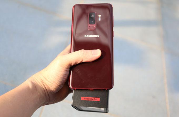 Galaxy S9+ phiên bản màu mới sở hữu bộ nhớ trong 64GB lên kệ vào ngày 21/12 với giá 19.990.000 đồng. Trong ba ngày từ 21-23/12, khách hàng khi mua Galaxy S9+ màu mới được tặng phiếu mua phụ kiện điện thoại Samsung trị giá hai triệu đồng.
