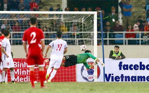 Thủ môn Bùi Tiến Dũng chịu bàn thua sau khi vào sân trong hiệp hai. Ảnh: Ngọc Thành.