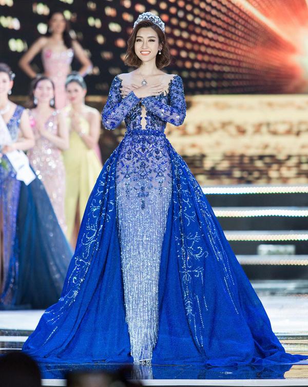 Hoa hậu Đỗ Mỹ Linh nổi bật trên sân khấu với thiết kế váy đính kết công phu của Lê Thanh Hòa. Từng chi tiết hoa nổi, tua rua đều được thực hiện thủ công để mang đến đường nét sắc xảo cho trang phục. Ngoài ra nhà thiết kế còn tạo khối ấn tượng cho phần tà váy.