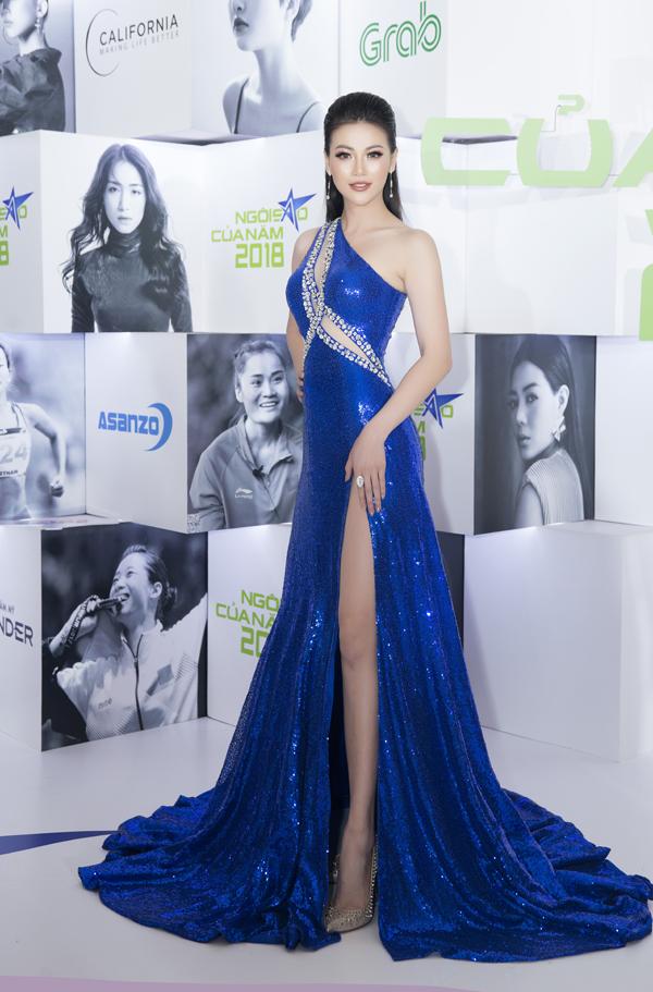 Ở mùa thời trang 2017/2018, trang phục của nhà thiết kế Linh San được nhiều mỹ nhân Việt ưa chuộng. Hoa hậu Phương Khánh cũng chọn lựa rất nhiều mẫu đầm dạ hội của nhà mốt nổi tiếng. Góp mặt tại đêm Gala tôn vinh và trao giải Ngôi sao của năm, Hoa hậu Trái đất 2018 chọn váy sequins hợp mốt để đọ sắc cùng dàn sao.