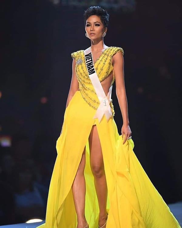 Đến với Miss Universe 2018, HHen Niê và êkíp của cô đã có sự chuẩn bị chu đáo về trang phục dự thi. Bộ cánh gây được ấn mạnh mẽ và giúp đai diện Việt Nam ghi điểm trên đấu trường sắc đẹp quốc tế là trang phục váy xẻ cao của nhà thiết kế Linh San. Váy dạ hội cut-out gợi cảm phối hợp cùng chất liệu tơ lụa mềm mại giúp phần biểu diễn của top 5 Miss Universe trở nên sống động hơn.