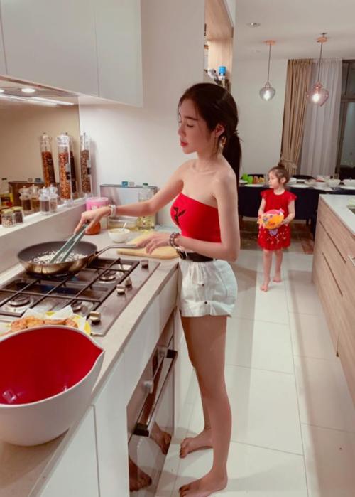 Elly Trần vào bếp cũng vô cùng gợi cảm.